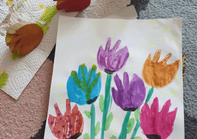 Asma aus der 2. Klasse hat mit Kartoffelstempeln Frühlingstulpen gemalt.